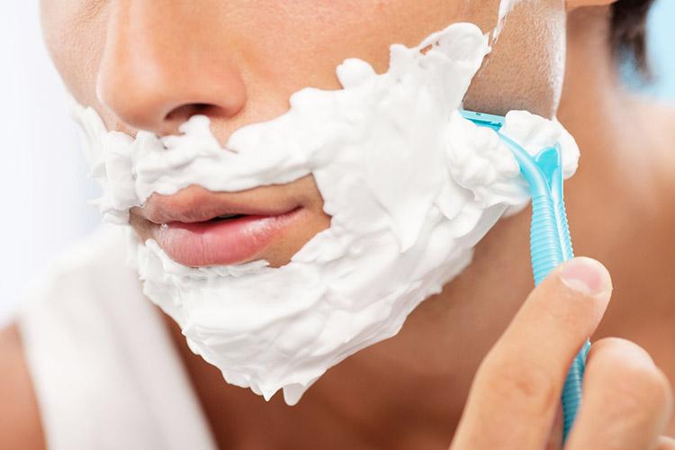 ④ 丁寧なヒゲ剃り|アイテムや剃り方には気をつけよう
